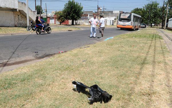 El lugar. Un pedazo de la moto quedó tirado en el lugar del accidente.