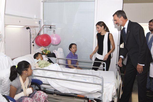 Letizia y Felipe hoy en el Hospital de Niños de Barcelona.