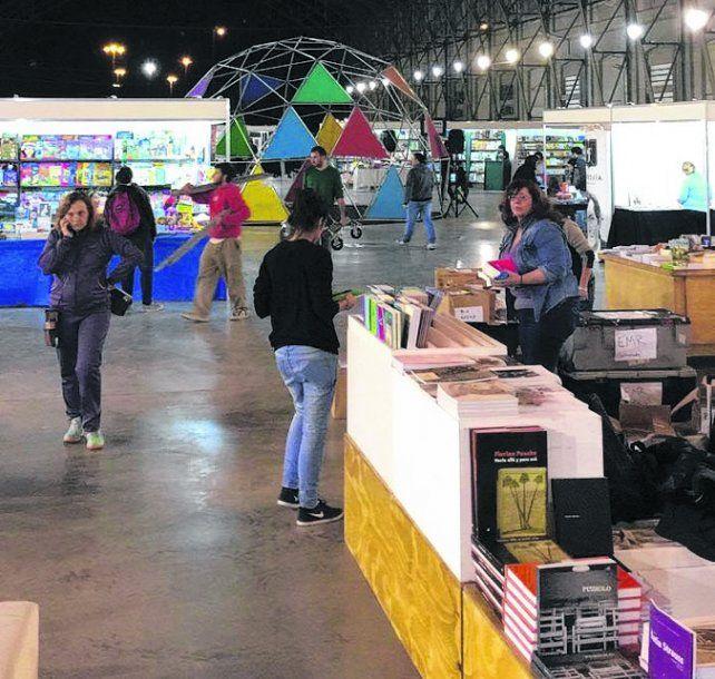 Estación Belgrano. La feria de 30 stands abrió ayer y se extenderá hasta el domingo.
