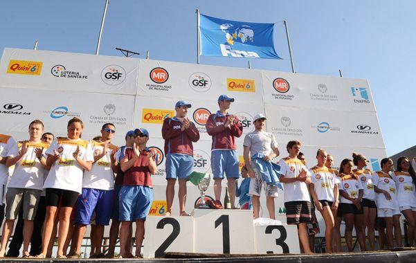 Todos juntos. Los tres mejores de la prueba masculina aplauden desde el podio