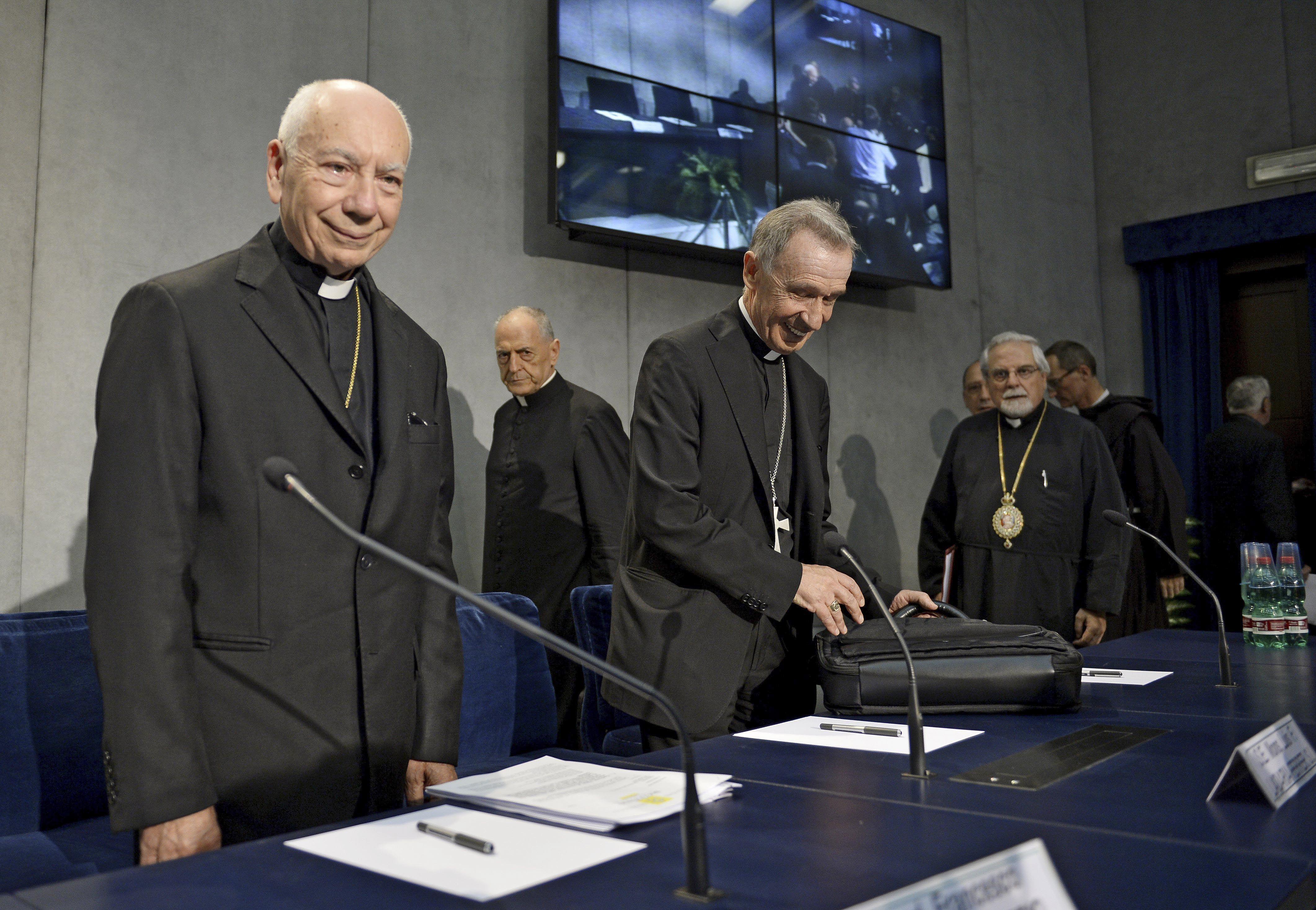Vaticano. El cardenal Francesco Coccopalmerio (izq.) momentos antes de leer las reformas dispuestas por Francisco.