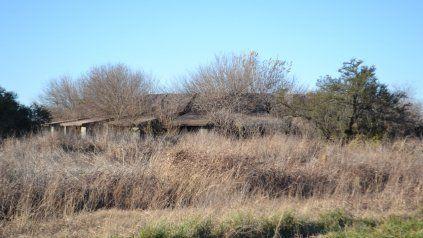 """En el km 354 de la ruta 8 se empezó a construir en 1977. Hoy, la vegetación tapa la estructura del """"Motel de Pastorino""""."""
