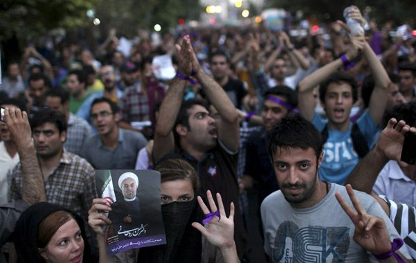 Euforia. La juventud de Teherán salió a festejar el triunfo de Rohani