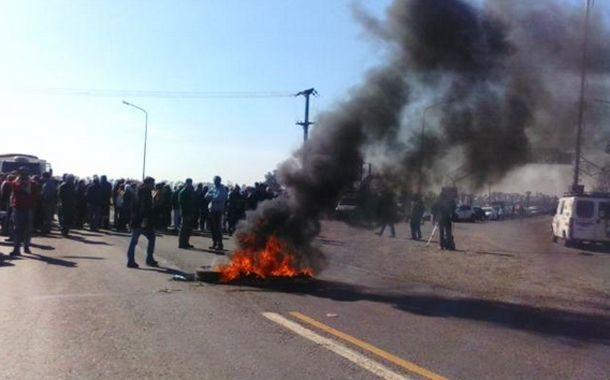 Desde media mañana las familias y trabajadores quemaron cubiertas sobre el asfalto. (Foto Twitter @469MC)