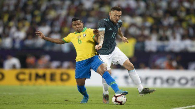 Ocampos disputa la pelota con Sandro.