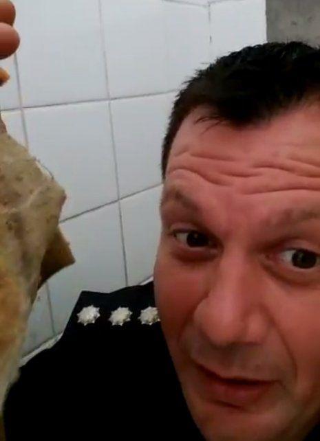 Revuelo en la policía por el video de un oficial imitando a Anto mientras usaba el baño