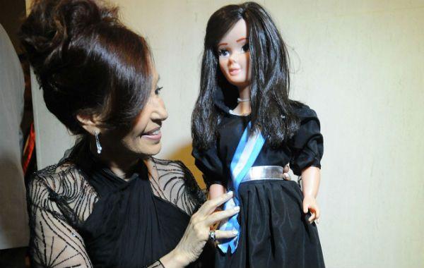 La réplica. Cristina recibió una muñeca de la Cámara del Juguete