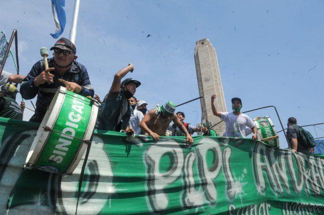 Una ruidosa caravana de autos recorrió las calles para celebrar el Día de la Lealtad