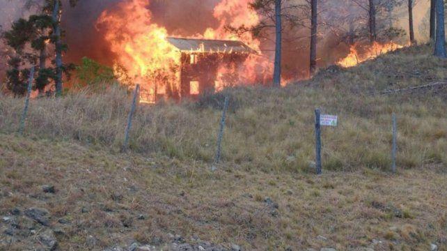 Una de las cabañas consumidas por el fuego en Potrero de Garay.