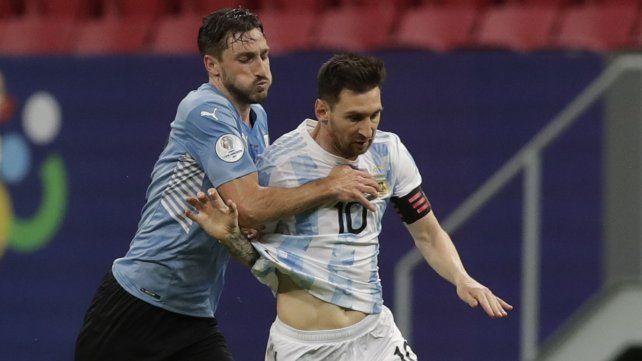 Lionel Messi y el uruguayo Camilo Candido luchan por el balón. Foto AP Photo / Eraldo Peres.
