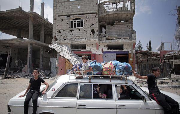 Destrucción. Una familia palestina traslada algunas pertenencias en Shujaiya