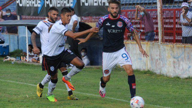 El goleador charrúa. Juan Manuel Cobelli marcó la apertura en el triunfo de Central Córdoba ante el Porvenir por 2 a 0.