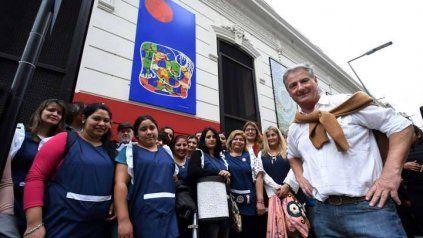 Jorge Guadagnoli junto a sus alumnas, en la esquina de San Juan y Entre Ríos, donde se rinde homenaje a su hijo Eugenio.
