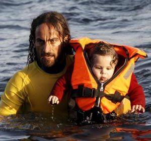 La foto de un rescatista argentino en las costas de Grecia recorre y conmueve al mundo