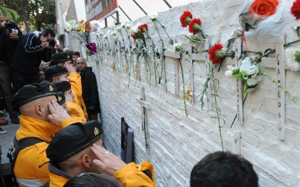 Los rescatistas rinden homenaje al mural en Salta 2141