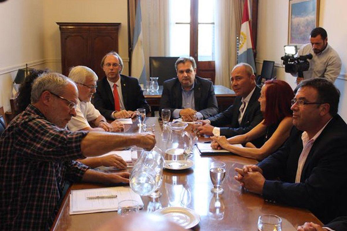 Los ministros Saglione y Farías encabezan la negociación con los gremios estatales.