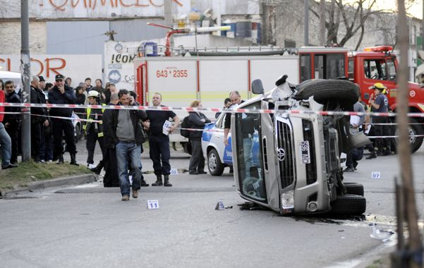 Final de carrera. La Toyota robada en la que iban los ladrones quedó tumbada.