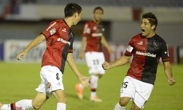 Alexis Castro metió su primer gol en Newells y lo grita con Milton Casco.