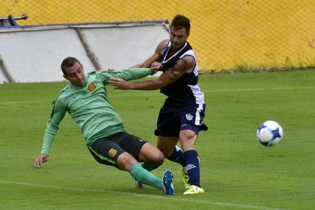 Mucha lucha. Marco Ruben no puede hacer pie mientras Grillo intenta frenarlo. El delantero canalla erró un penal en el final.