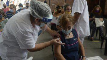 La previa del ciclo lectivo. Cientos de docentes acudieron a colocarse la vacuna de cara al comienzo del dictado de clases este 15 de marzo.