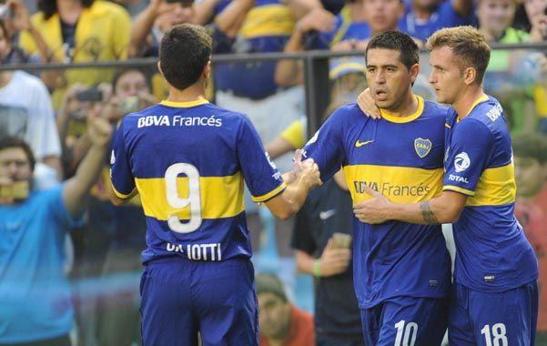 El 1-0. Juan Román Riquelme festeja tras convertir de penal junto al volante Colazo y el delantero Gigliotti.