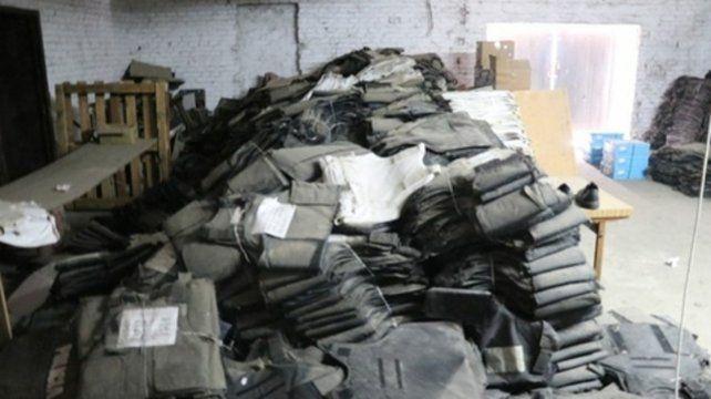 Amontonados. En un depósito de Santa Fe hallaron 8.500 chalecos.