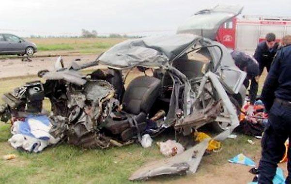 Impactante. El Renault Clio en el que viajaba la familia rosarina quedó irreconocible.