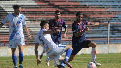Vizcarra intenta pasar en la dura defensa de Midland. Córdoba y un duro rival en la segunda fecha del Clausura.