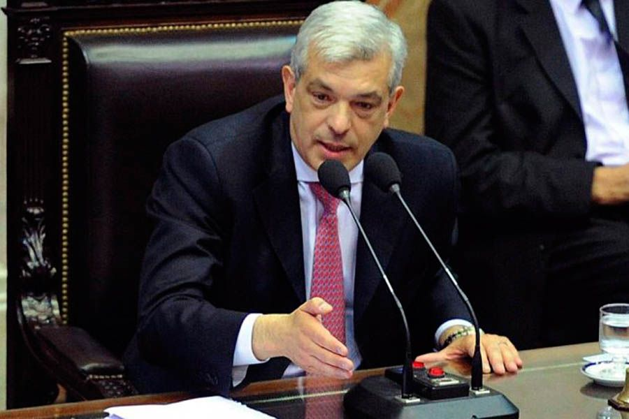 Domínguez quiere suceder a Scioli en el principal distrito.