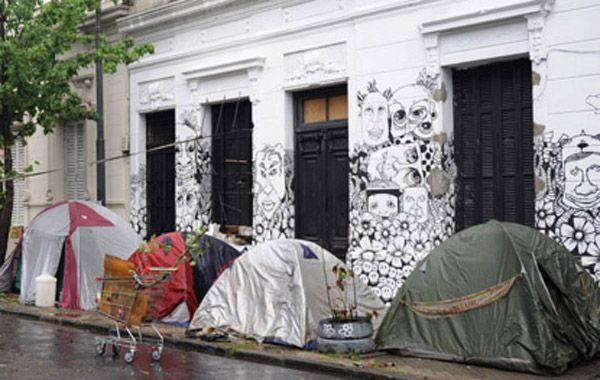 Los artistas callejeros acamparon a modo de protesta por la resolución judicial que los dejó en la calle luego de un año de ocuparla. (Foto: Celina Mutti Lovera)