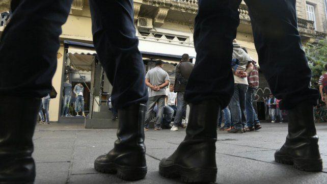 Las fotos de la peatonal Córdoba que hoy amaneció con más policías y sin manteros