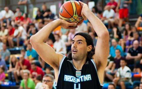 Mira al aro. Luis Scola se prepara para lanzar al aro de Estonia.