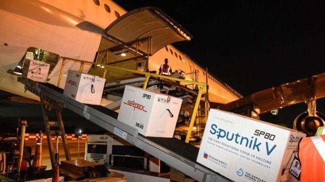 Aterrizó el avión que venía de Moscú con más vacunas y Argentina suma 4 millones de dosis