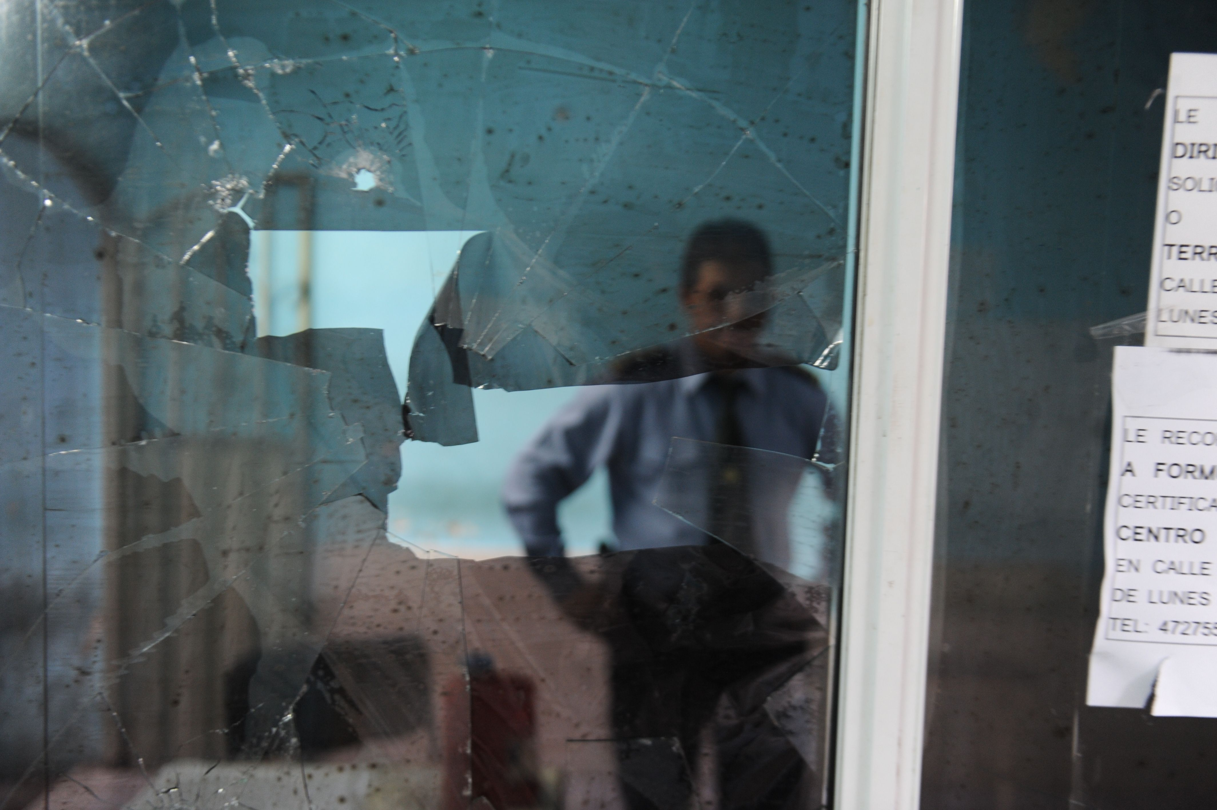 Una de las ventanas de la seccional 14ª tras el ataque.