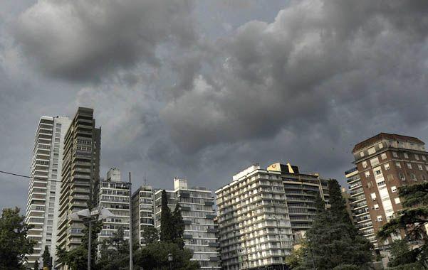 Atentos al cielo. Los eventos meteorológicos desvelan a muchos. (foto: Virginia Benedetto)