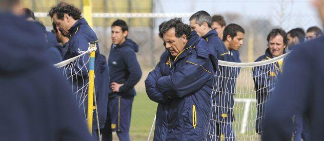 El entrenador auriazul Miguel Angel Russo no encuentra el equipo.