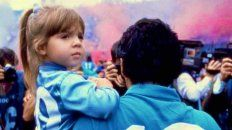 Dalma Maradona en brazos del Diez cuando vestía la camiseta de Napoli.