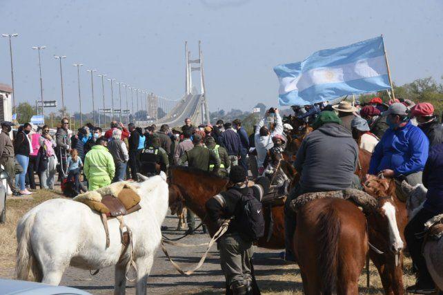 Un centenar de jinetes se juntaron a la vera de la ruta para protestar por la quema en las islas