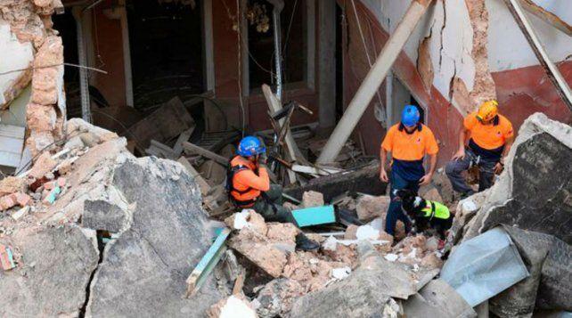 Los socorristos chilenos en acción entre los escombros en Beirut. (Foto: AFP)