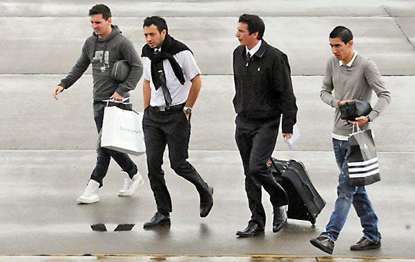 Toda la onda. Messi y Di María se mostraron ayer muy sonrientes y no se cansaron de sacarse fotos con los fans.