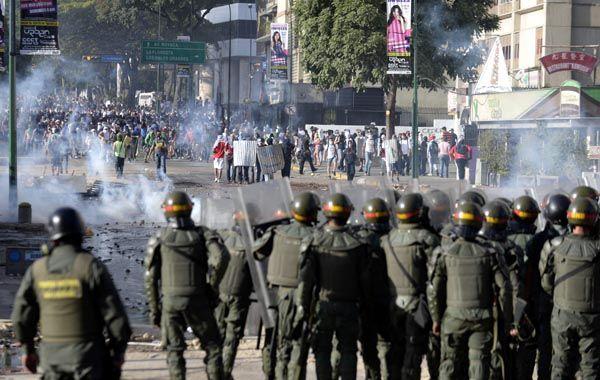 Opositores al gobierno de Maduro continúan en las calles venezolanas.