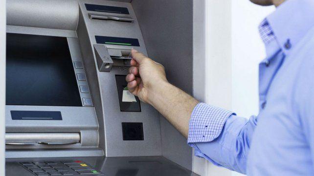 Las estafas desde las cárceles se concretan cuando las víctimas pasan los datos de sus cuentas en cajeros automáticos.