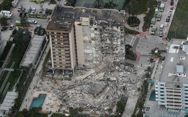 La torre Norte del condominio Champlain quedó en pie. La Sur se desmoronó sin razón aparente.