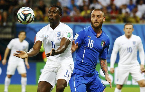 El inglés Danny Welbeck disputa la pelota con el italiano Daniele De Rossi. (Fot6o: Reuters)