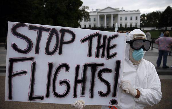 Un solitario manifestante reclama frente a la Casa Blanca que se detengan los vuelos.