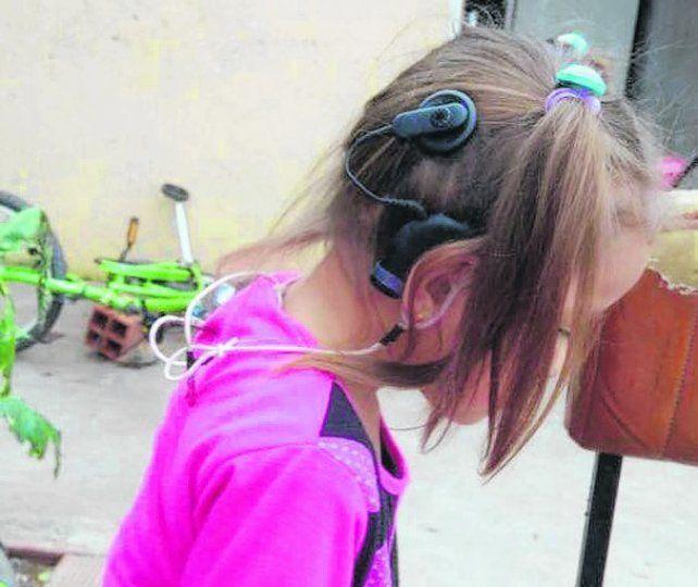 recuperó su sonrisa. La niña padece hipoacusia profunda y había perdido el dispositivo la semana pasada.