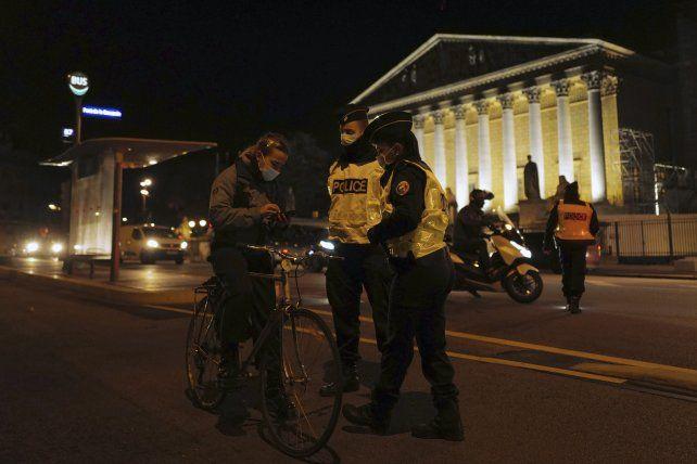 Toque de queda. Controles en París frente al Parlamento. Europa atraviesa una segunda ola de contagios.