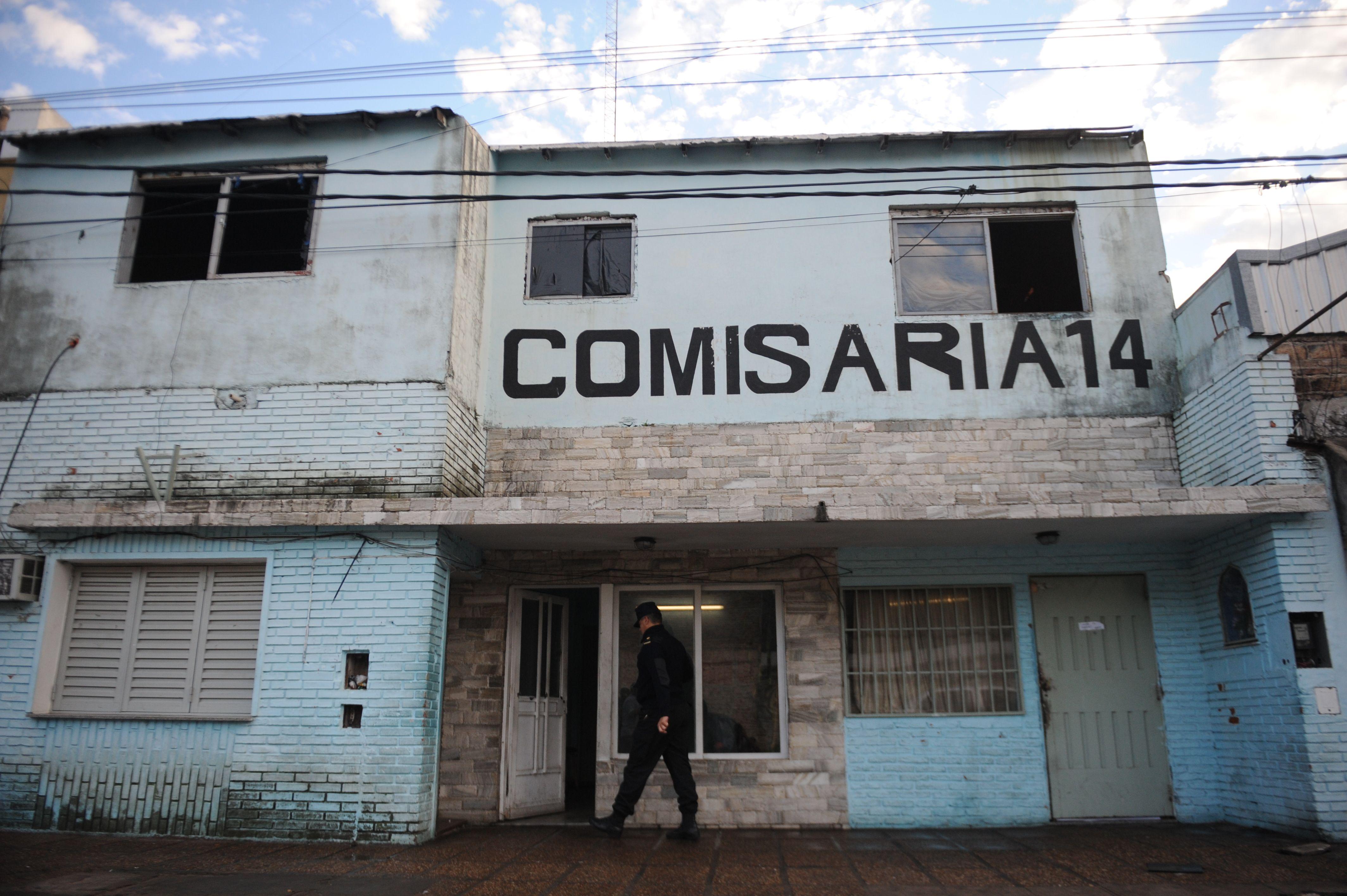 Tres delincuentes balearon a los efectivos que anoche estaban de guardia en la comisaría 14ª en barrio Belgrano.