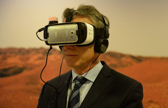 Macri subió la foto con los lentes de realidad virtual a su cuenta de Facebook.