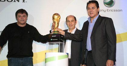 Unas 2.000 personas apreciaron la copa que se dará al campeón del Mundial 2010